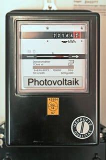 Einspeisezähler im Design eines klassischen Stromzählers